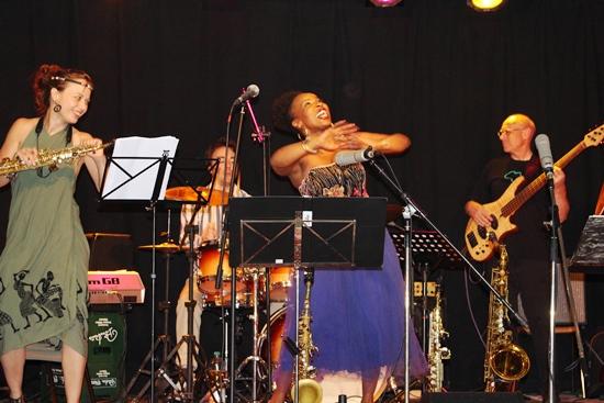 Die Band SOKO mit der Solistin Velile