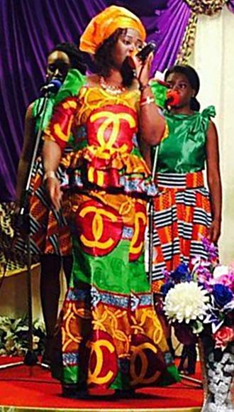 Farbenfroh wie ihr Outfit sind auch die Gospels von Obaa Martha